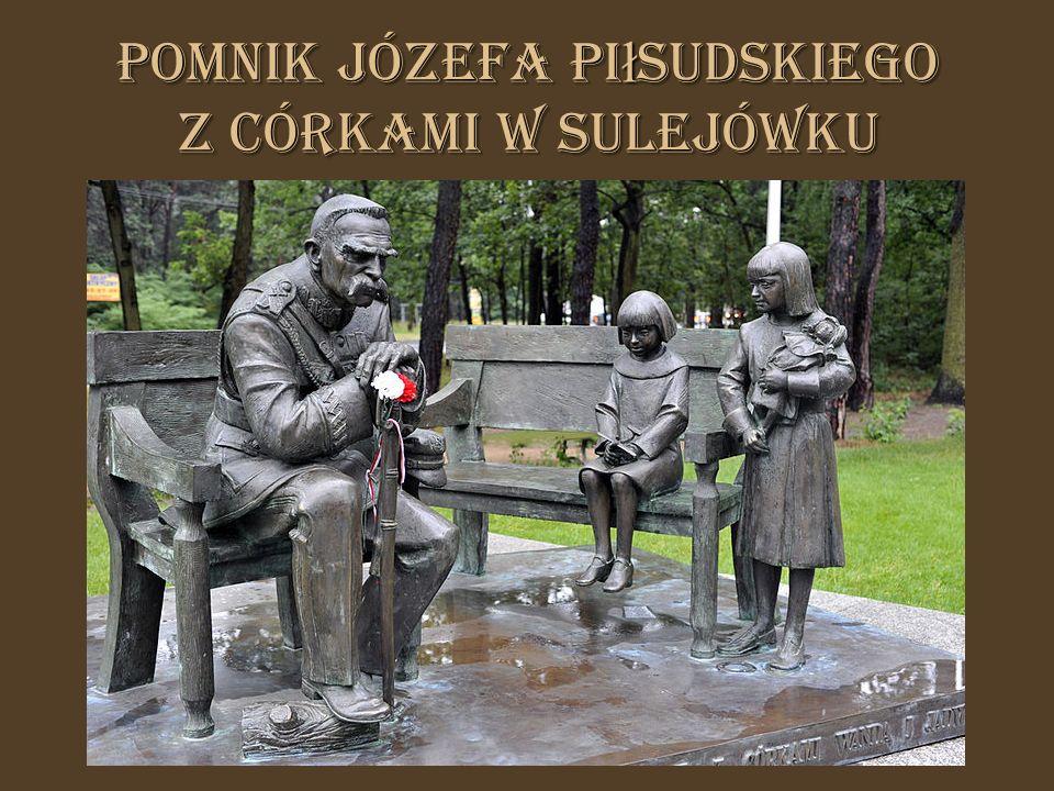 Pomnik Józefa Piłsudskiego z córkami w Sulejówku