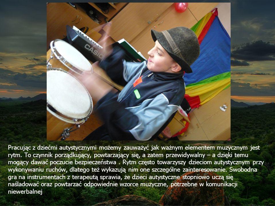 Pracując z dziećmi autystycznymi możemy zauważyć jak ważnym elementem muzycznym jest rytm. To czynnik porządkujący, powtarzający się, a zatem przewidywalny – a dzięki temu mogący dawać poczucie bezpieczeństwa .
