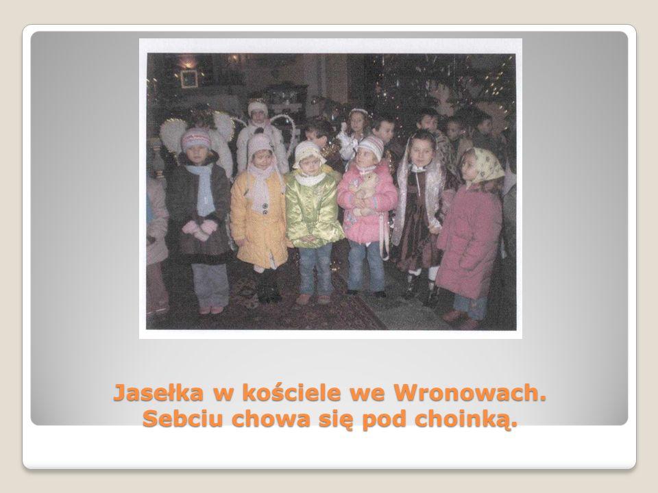 Jasełka w kościele we Wronowach. Sebciu chowa się pod choinką.