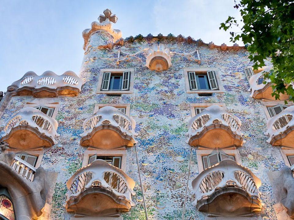 Architekt w pierwszych swych dziełach zgodnie z duchem epoki czerpał z neogotyku (inspirowanym projektami francuskiego architekta, Eugène Viollet-le-Duc). W związku z tym projektował budynki o rysach gotycko-mauretańskich (te style krzyżowały się w Hiszpanii często). Za manifest Gaudiego należy uznać Casa Vicens w Barcelonie (1883-1888), dom dla bogatego przedsiębiorcy Manuela Vicensa. Widać w tym przykładzie zapowiedź nowego stylu, który już wkrótce Gaudí wypracował.