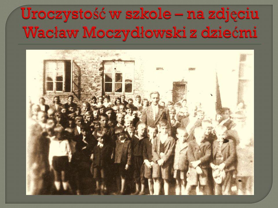 Uroczystość w szkole – na zdjęciu Wacław Moczydłowski z dziećmi