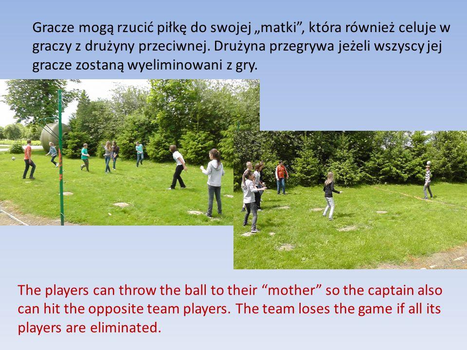 """Gracze mogą rzucić piłkę do swojej """"matki , która również celuje w graczy z drużyny przeciwnej. Drużyna przegrywa jeżeli wszyscy jej gracze zostaną wyeliminowani z gry."""