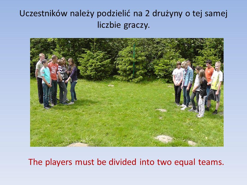 Uczestników należy podzielić na 2 drużyny o tej samej liczbie graczy.