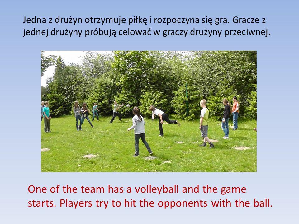 Jedna z drużyn otrzymuje piłkę i rozpoczyna się gra