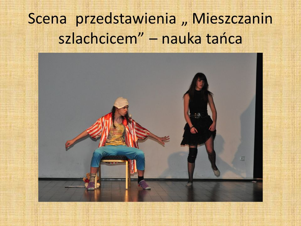 """Scena przedstawienia """" Mieszczanin szlachcicem – nauka tańca"""
