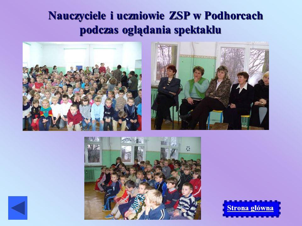 Nauczyciele i uczniowie ZSP w Podhorcach podczas oglądania spektaklu