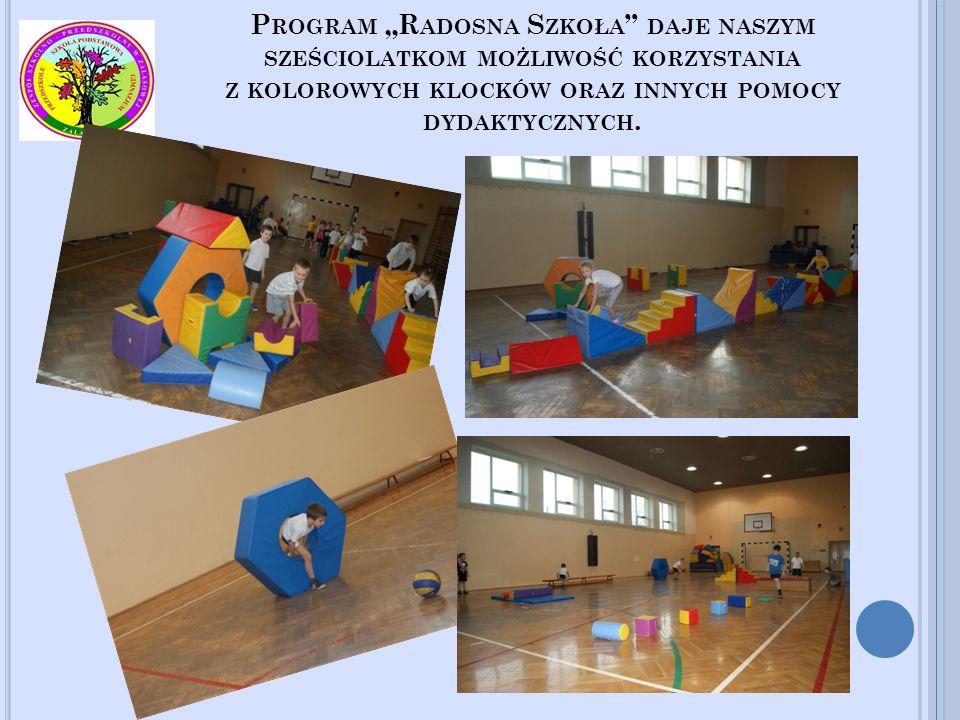 """Program """"Radosna Szkoła daje naszym sześciolatkom możliwość korzystania z kolorowych klocków oraz innych pomocy dydaktycznych."""