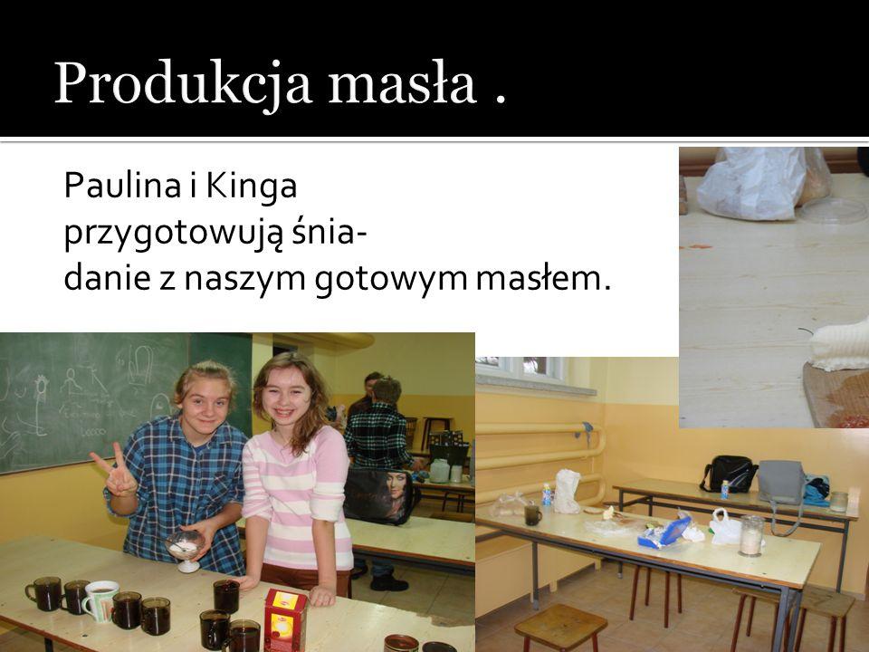 Produkcja masła . Paulina i Kinga przygotowują śnia-