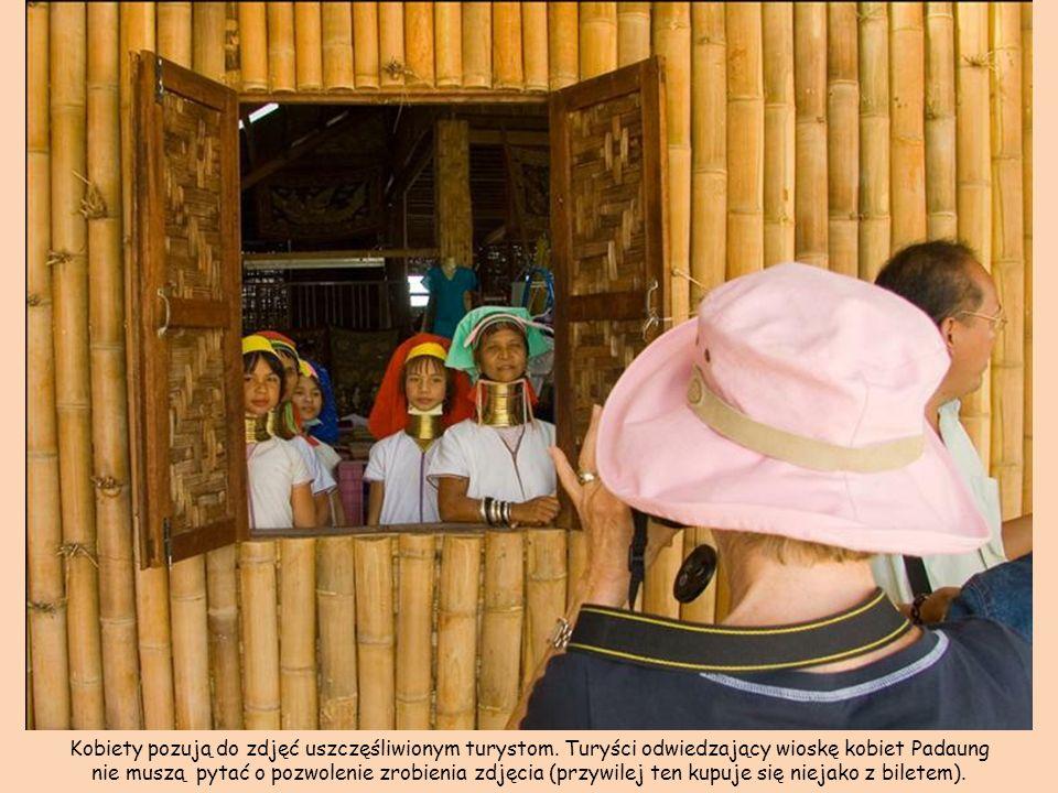 Kobiety pozują do zdjęć uszczęśliwionym turystom