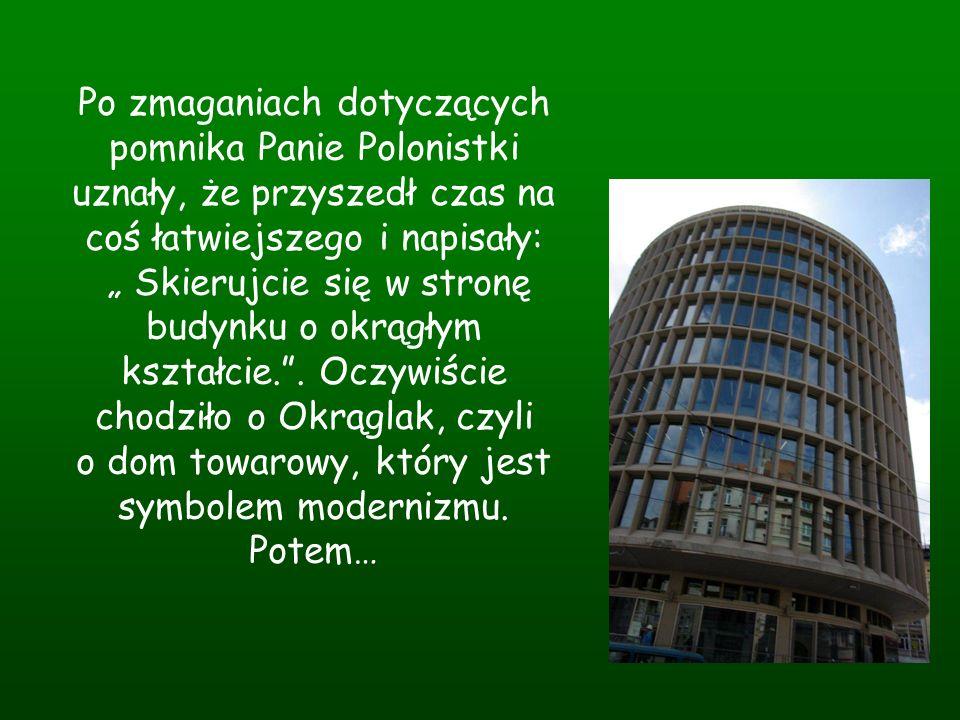 """Po zmaganiach dotyczących pomnika Panie Polonistki uznały, że przyszedł czas na coś łatwiejszego i napisały: """" Skierujcie się w stronę budynku o okrągłym kształcie. ."""