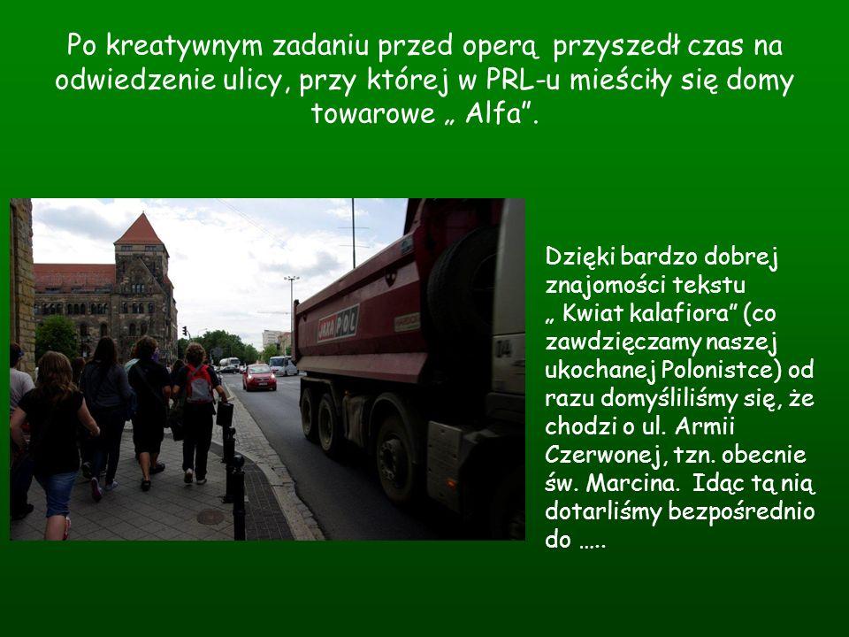 """Po kreatywnym zadaniu przed operą przyszedł czas na odwiedzenie ulicy, przy której w PRL-u mieściły się domy towarowe """" Alfa ."""