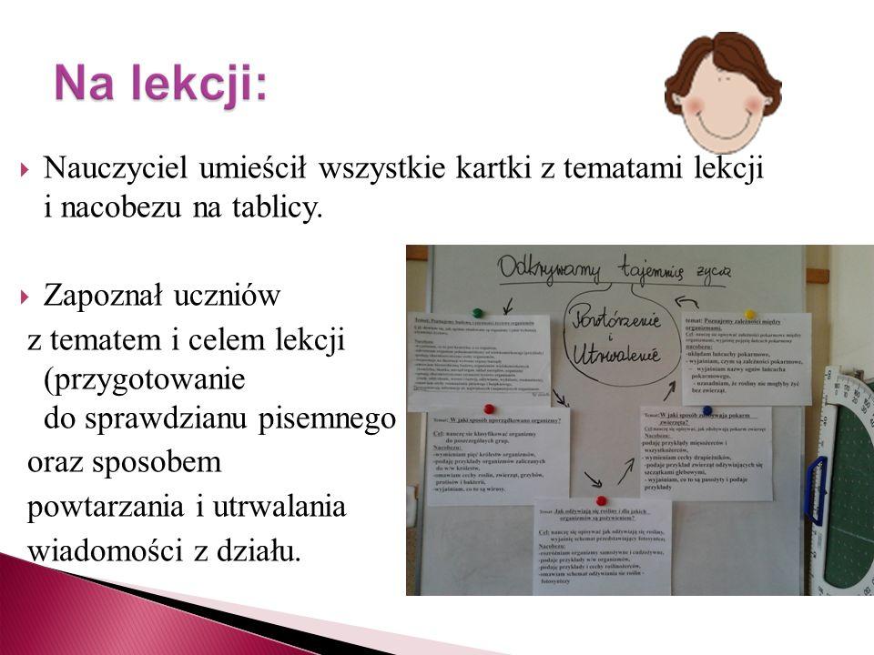 Nauczyciel umieścił wszystkie kartki z tematami lekcji i nacobezu na tablicy.