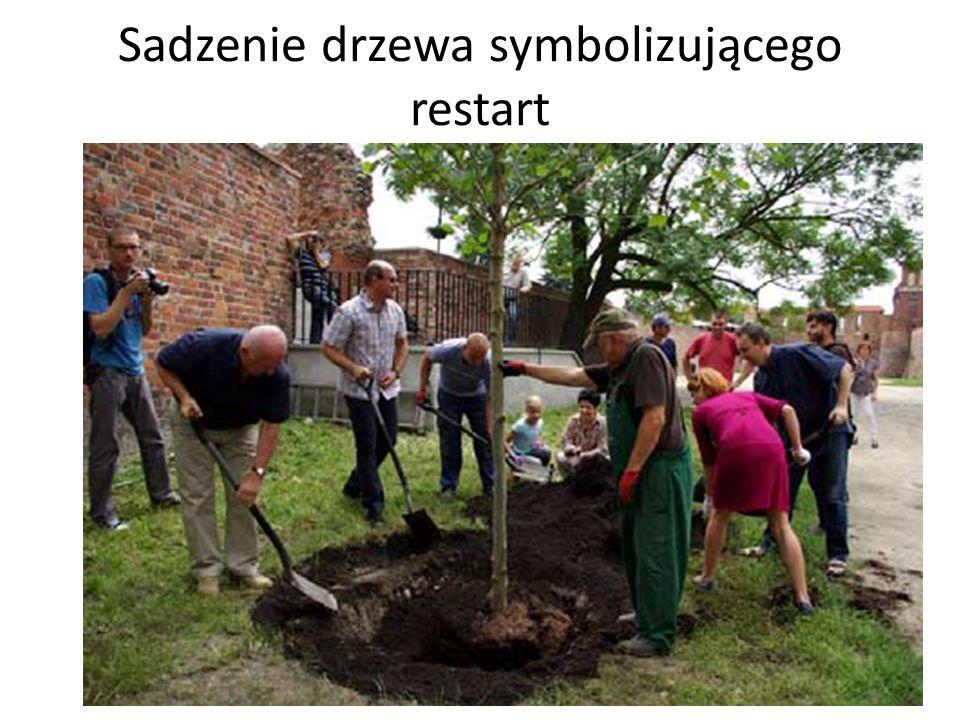 Sadzenie drzewa symbolizującego restart