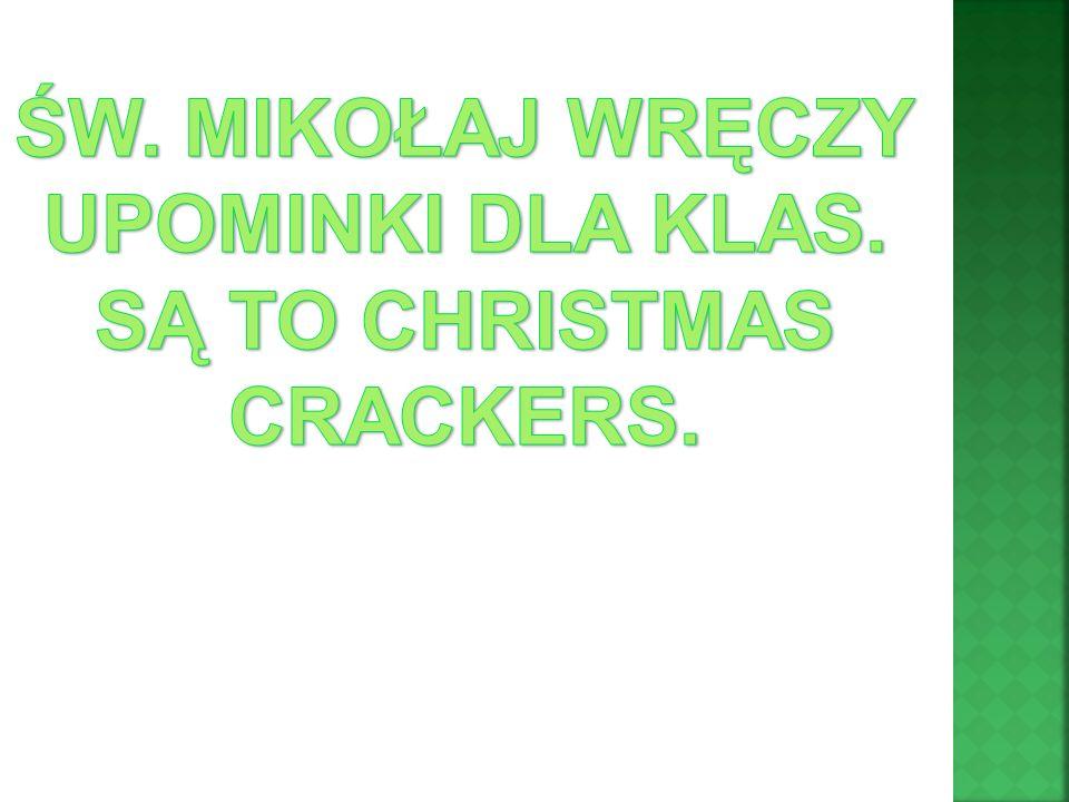 ŚW. MIKOŁAJ WRĘCZY UPOMINKI DLA KLAS. SĄ TO CHRISTMAS CRACKERS.