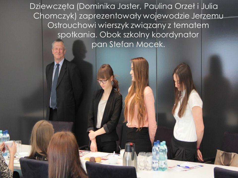 Dziewczęta (Dominika Jaster, Paulina Orzeł i Julia Chomczyk) zaprezentowały wojewodzie Jerzemu Ostrouchowi wierszyk związany z tematem spotkania.