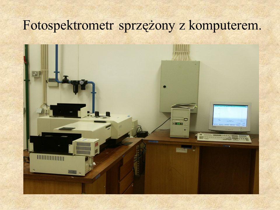 Fotospektrometr sprzężony z komputerem.