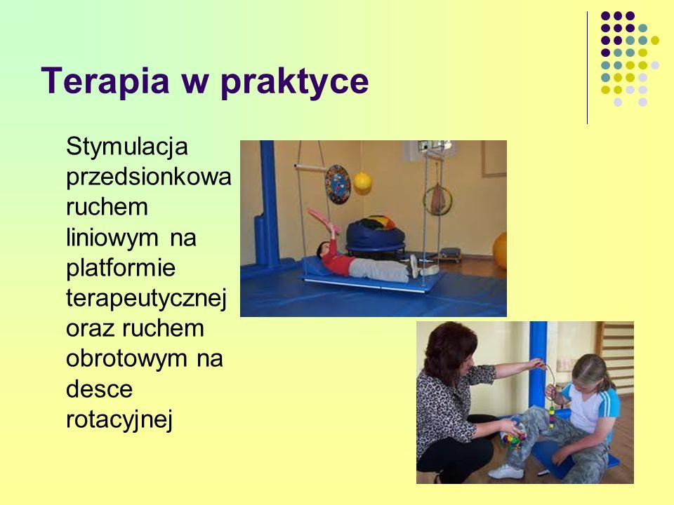 Terapia w praktyce Stymulacja przedsionkowa ruchem liniowym na platformie terapeutycznej oraz ruchem obrotowym na desce rotacyjnej.