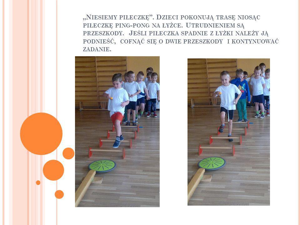"""""""Niesiemy piłeczkę . Dzieci pokonują trasę niosąc piłeczkę ping-pong na łyżce."""