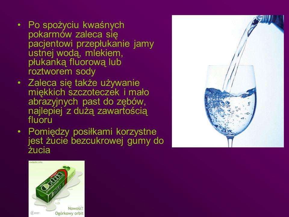 Po spożyciu kwaśnych pokarmów zaleca się pacjentowi przepłukanie jamy ustnej wodą, mlekiem, płukanką fluorową lub roztworem sody