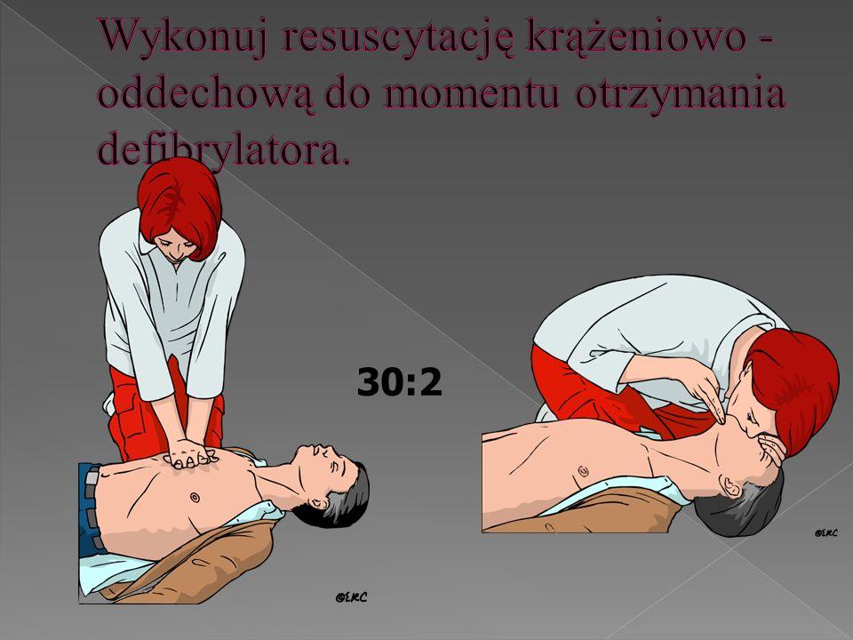 Wykonuj resuscytację krążeniowo - oddechową do momentu otrzymania defibrylatora.