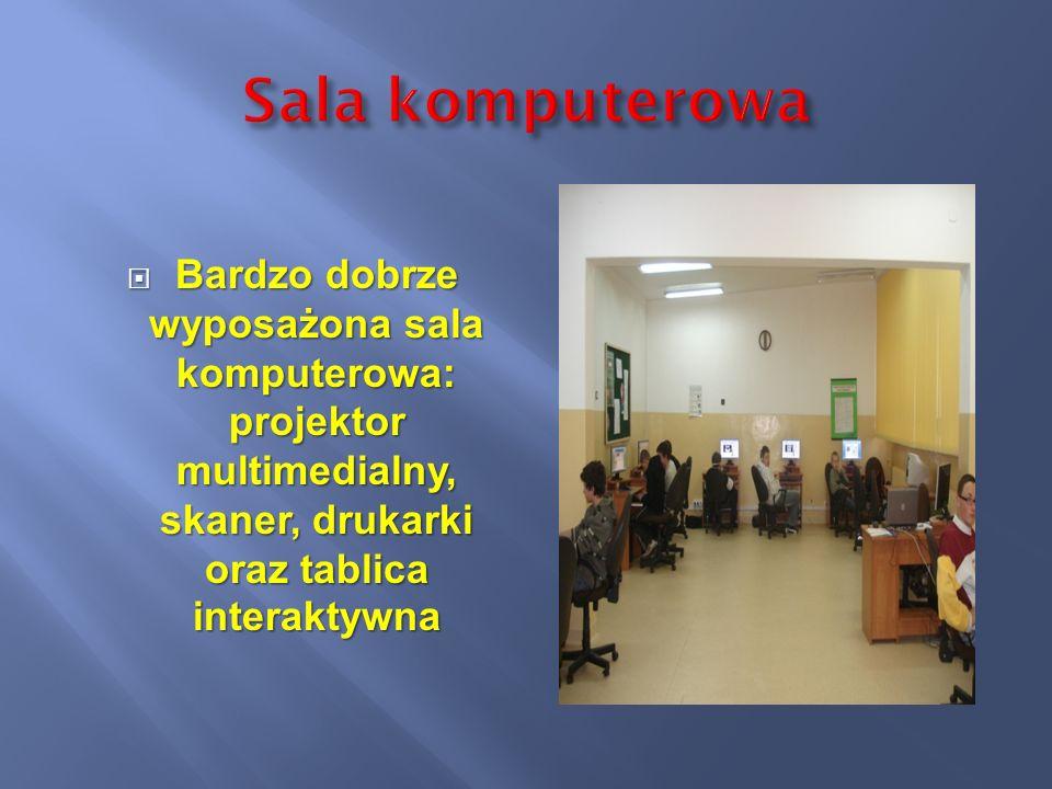 Sala komputerowa Bardzo dobrze wyposażona sala komputerowa: projektor multimedialny, skaner, drukarki oraz tablica interaktywna.