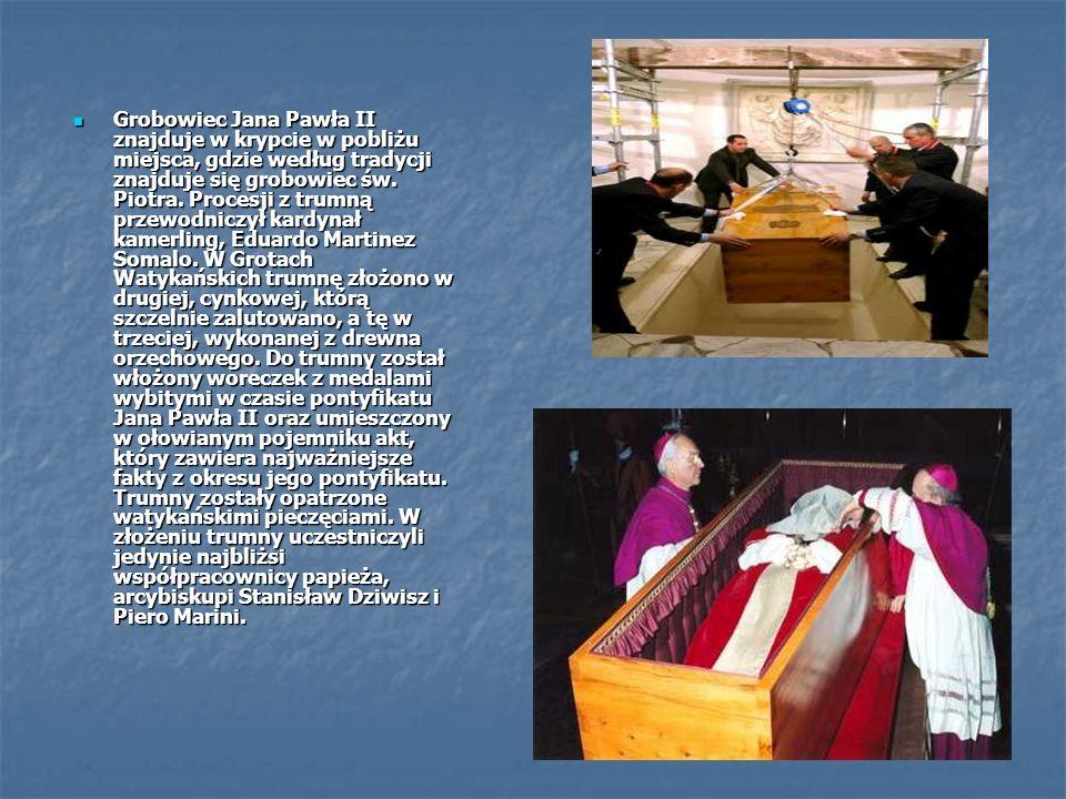 Grobowiec Jana Pawła II znajduje w krypcie w pobliżu miejsca, gdzie według tradycji znajduje się grobowiec św.