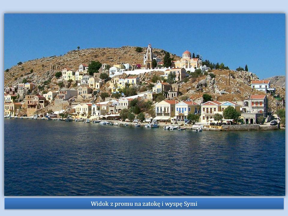 Widok z promu na zatokę i wyspę Symi