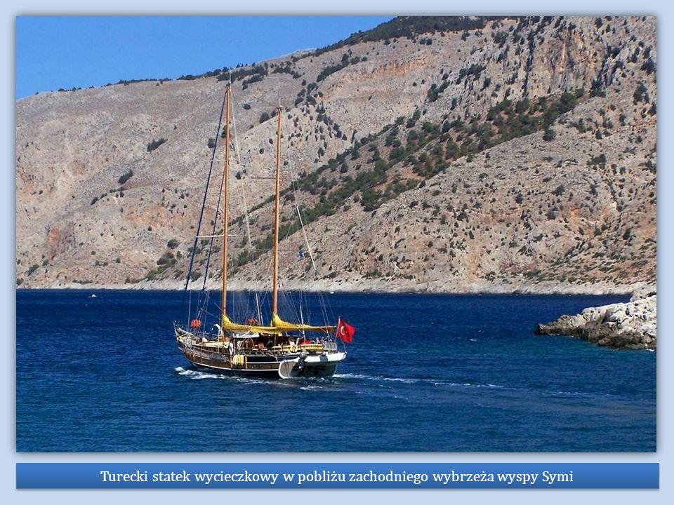 Turecki statek wycieczkowy w pobliżu zachodniego wybrzeża wyspy Symi