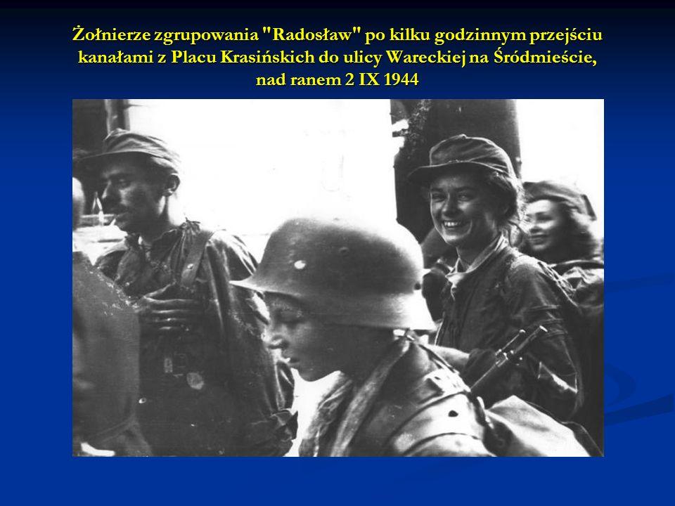 Żołnierze zgrupowania Radosław po kilku godzinnym przejściu kanałami z Placu Krasińskich do ulicy Wareckiej na Śródmieście, nad ranem 2 IX 1944