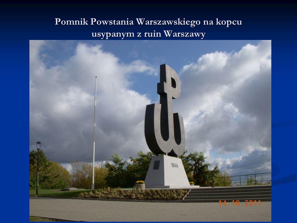 Pomnik Powstania Warszawskiego na kopcu usypanym z ruin Warszawy