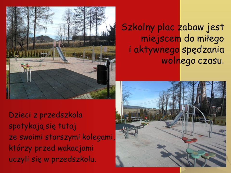 Szkolny plac zabaw jest miejscem do miłego i aktywnego spędzania wolnego czasu.