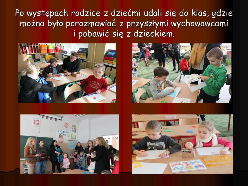Po występach rodzice z dziećmi udali się do klas, gdzie można było porozmawiać z przyszłymi wychowawcami i pobawić się z dzieckiem.