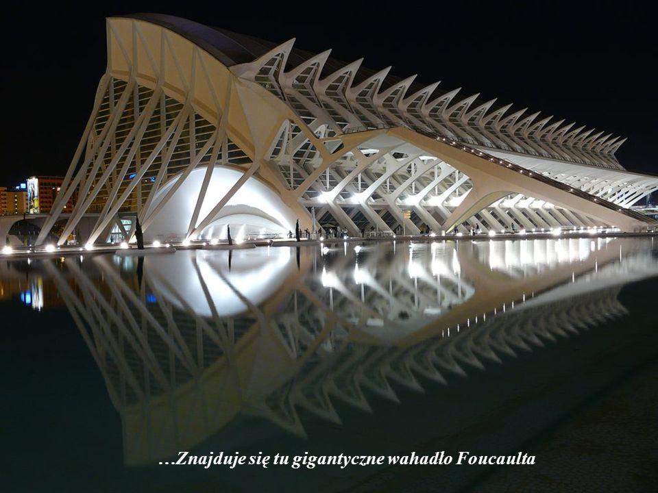 …Znajduje się tu gigantyczne wahadło Foucaulta