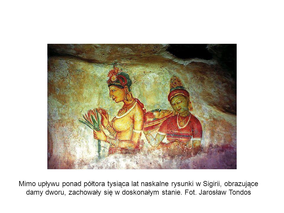 Mimo upływu ponad półtora tysiąca lat naskalne rysunki w Sigirii, obrazujące damy dworu, zachowały się w doskonałym stanie. Fot. Jarosław Tondos