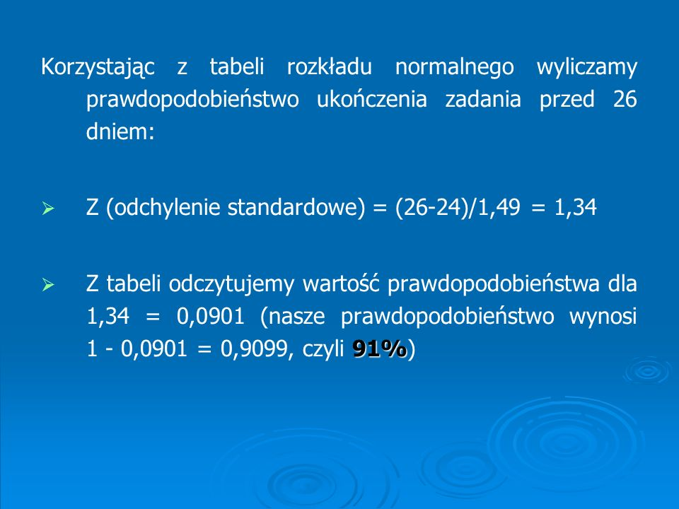 Korzystając z tabeli rozkładu normalnego wyliczamy prawdopodobieństwo ukończenia zadania przed 26 dniem: