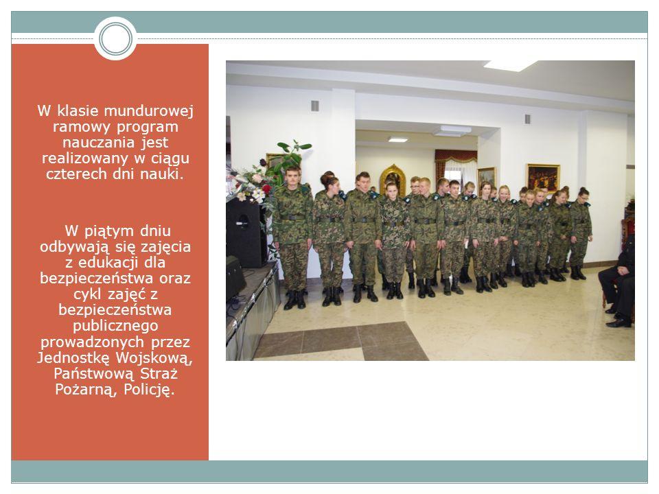 W klasie mundurowej ramowy program nauczania jest realizowany w ciągu czterech dni nauki.