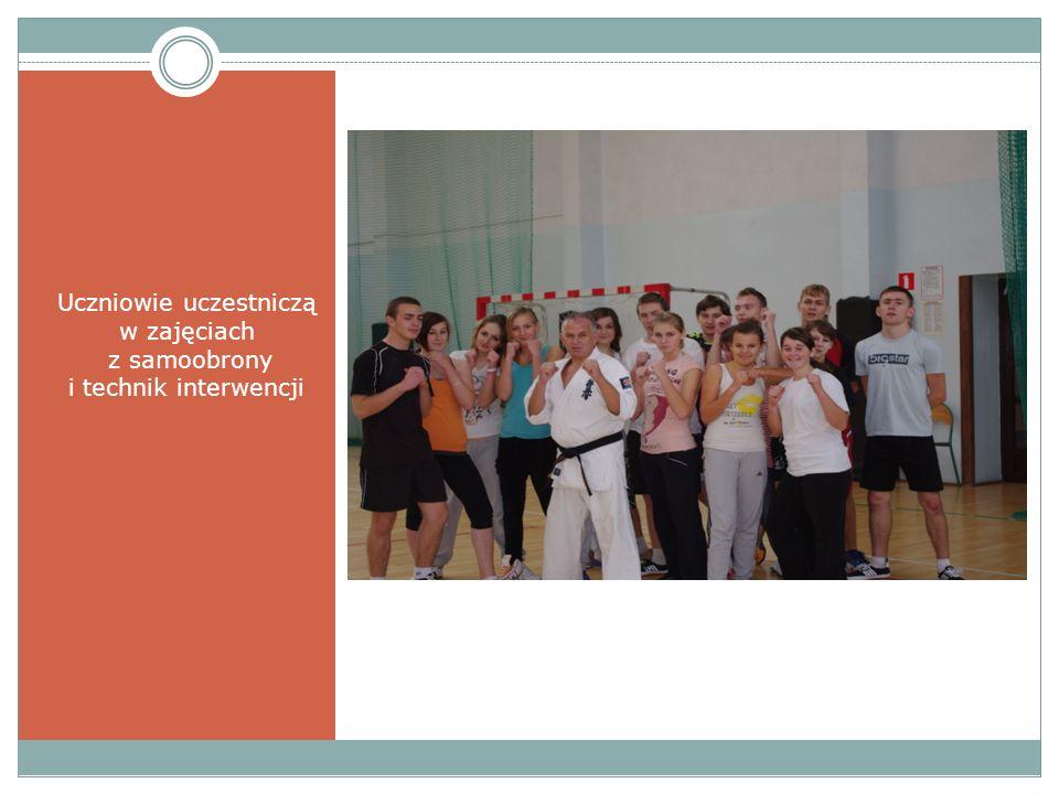 Uczniowie uczestniczą w zajęciach z samoobrony i technik interwencji