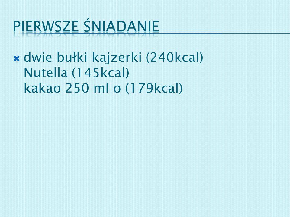 Pierwsze śniadanie dwie bułki kajzerki (240kcal) Nutella (145kcal) kakao 250 ml o (179kcal)