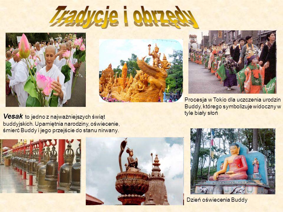 Tradycje i obrzędy Procesja w Tokio dla uczczenia urodzin Buddy, którego symbolizuje widoczny w tyle biały słoń.