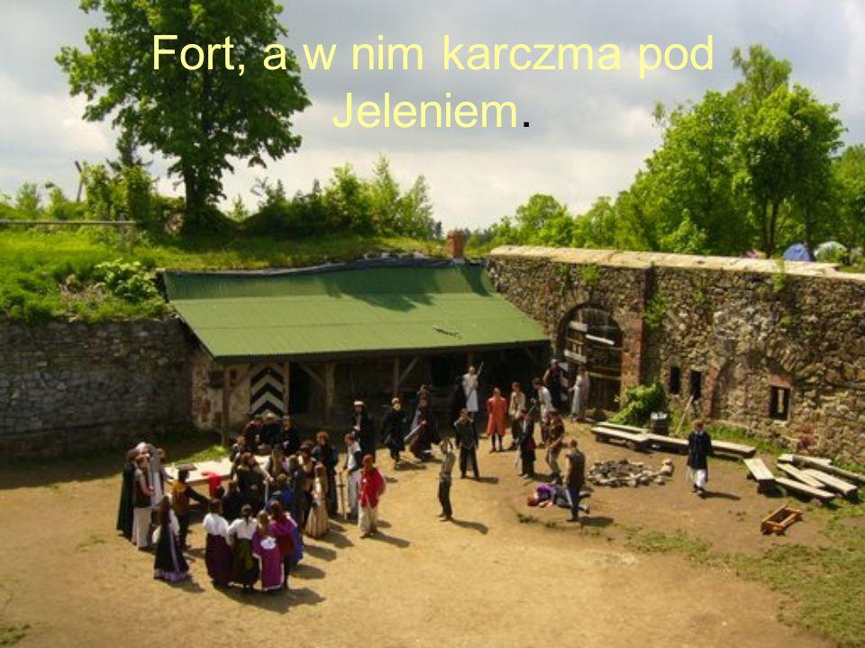 Fort, a w nim karczma pod Jeleniem.