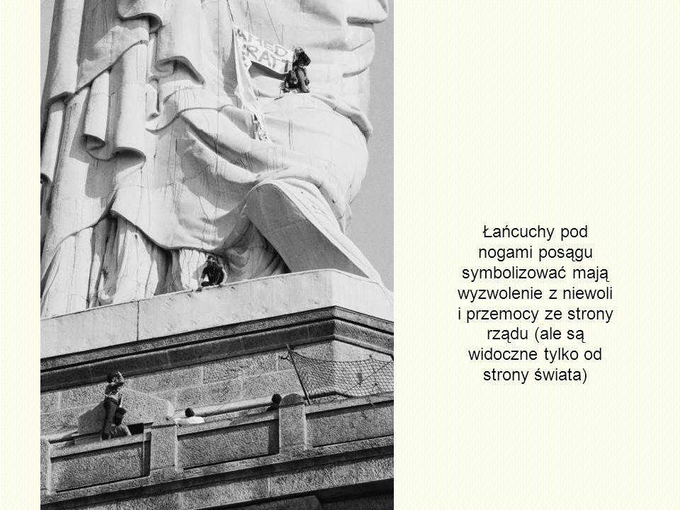 Łańcuchy pod nogami posągu symbolizować mają wyzwolenie z niewoli i przemocy ze strony rządu (ale są widoczne tylko od strony świata)