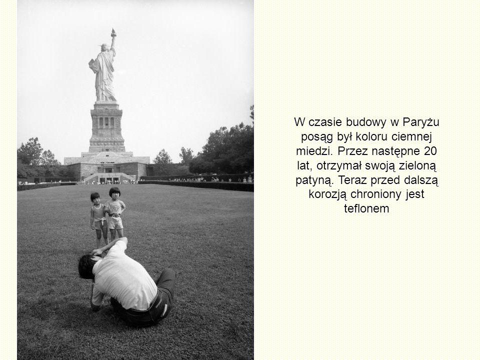 W czasie budowy w Paryżu posąg był koloru ciemnej miedzi