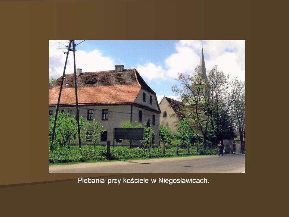 Plebania przy kościele w Niegosławicach.