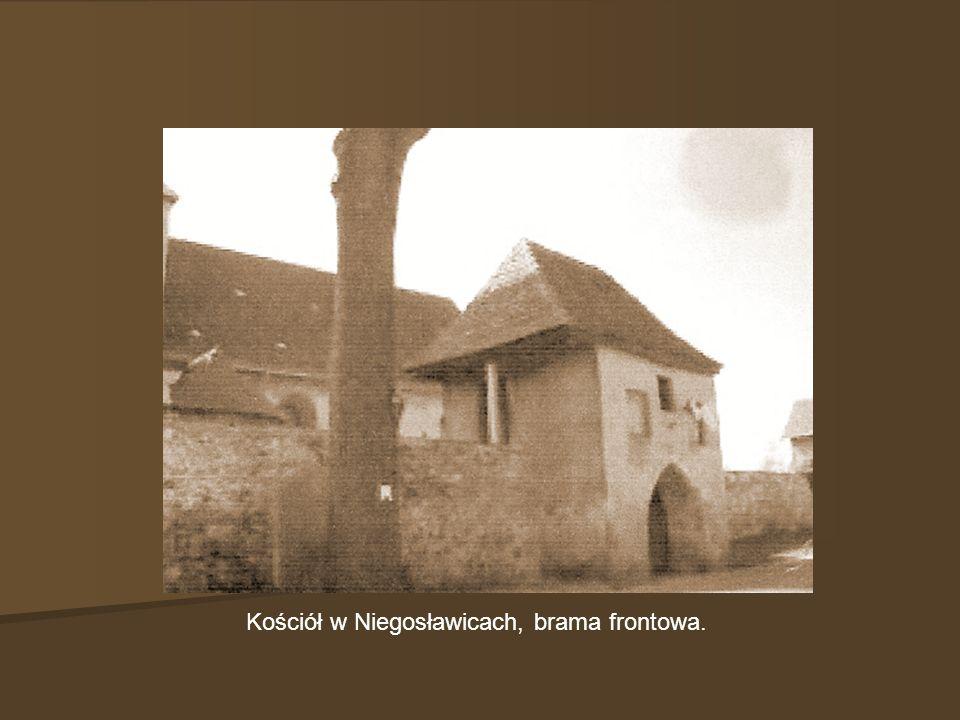 Kościół w Niegosławicach, brama frontowa.
