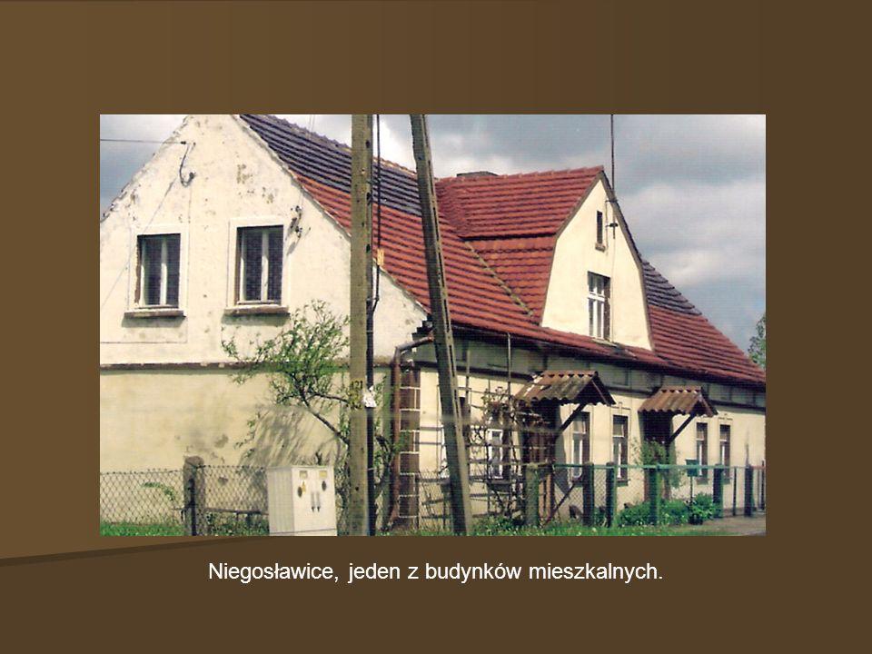 Niegosławice, jeden z budynków mieszkalnych.
