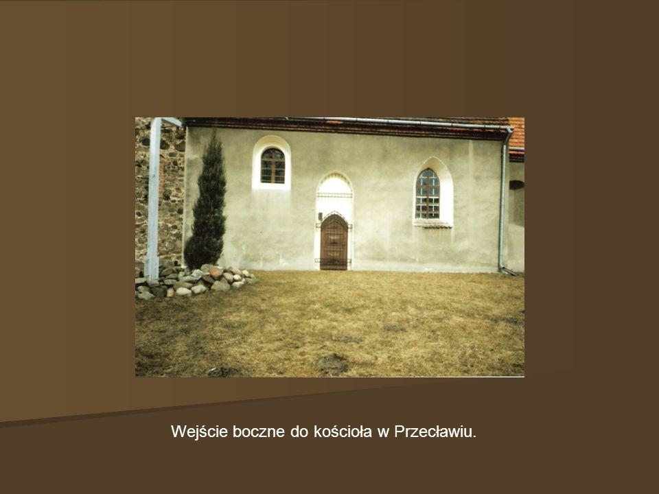 Wejście boczne do kościoła w Przecławiu.