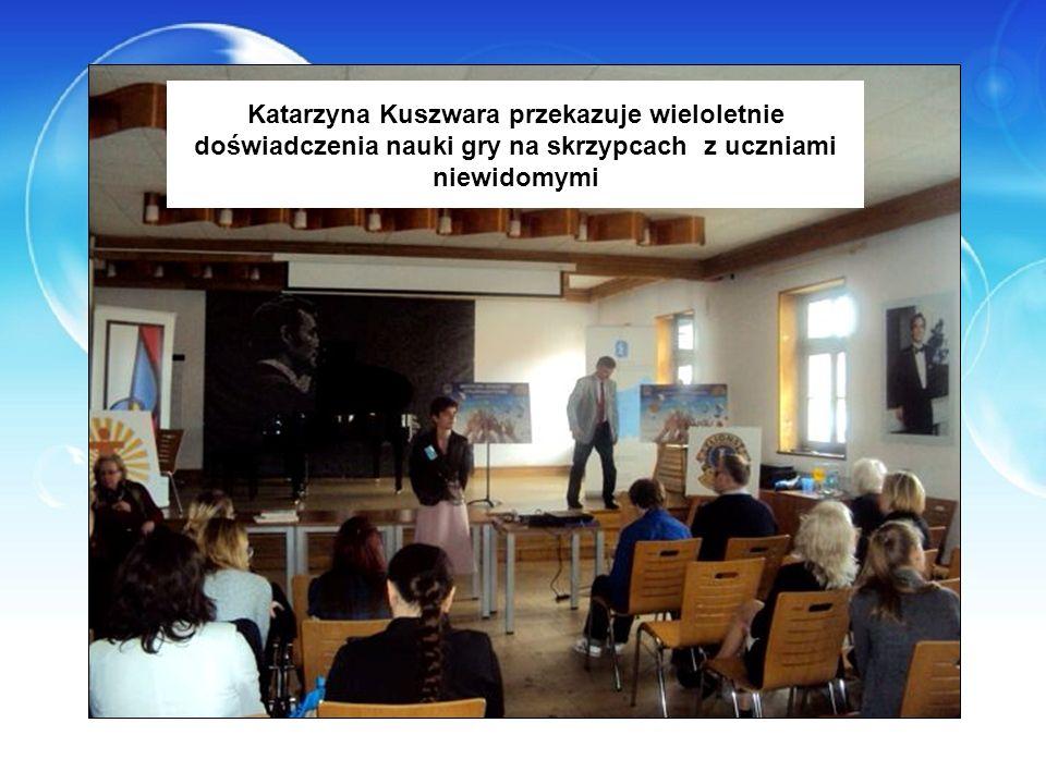 Katarzyna Kuszwara przekazuje wieloletnie doświadczenia nauki gry na skrzypcach z uczniami niewidomymi