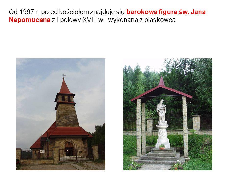 Od 1997 r. przed kościołem znajduje się barokowa figura św