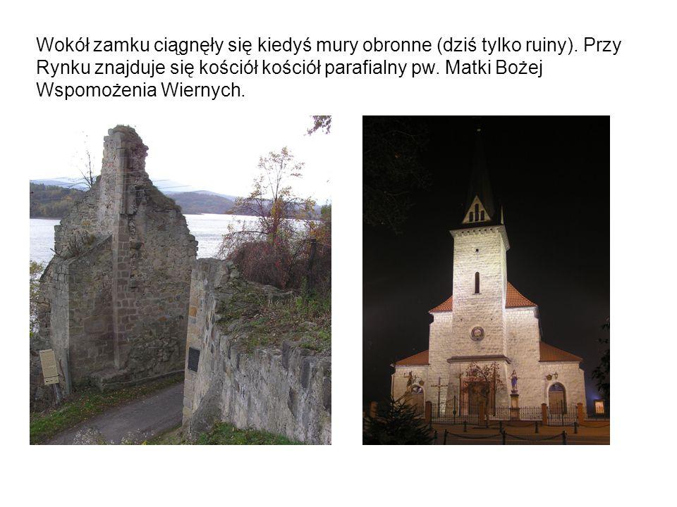 Wokół zamku ciągnęły się kiedyś mury obronne (dziś tylko ruiny)