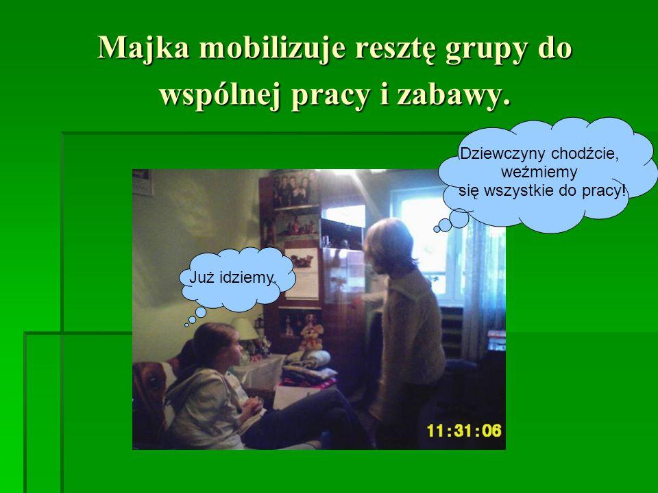 Majka mobilizuje resztę grupy do wspólnej pracy i zabawy.